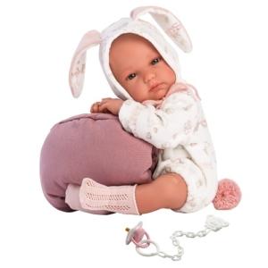 Hiszpańska lalka bobas w biało różowym ubranku królika. Dodatek stanowi różowa torba nosidełko.