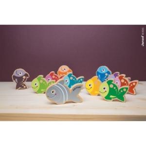 Kolorowe, drewniane rybki na fioletowym tle