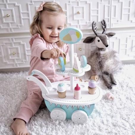 Dziewczynka bawi się drewnianą lodziarnia