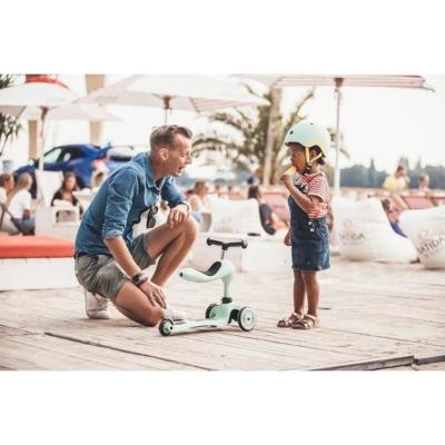 dziewczynka rozmawia z tatą miedzy nimi stoi jasnozielona hulajnoga